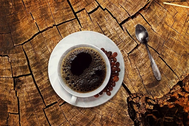 Gatanje iz taloga kafe – simbol figure čoveka