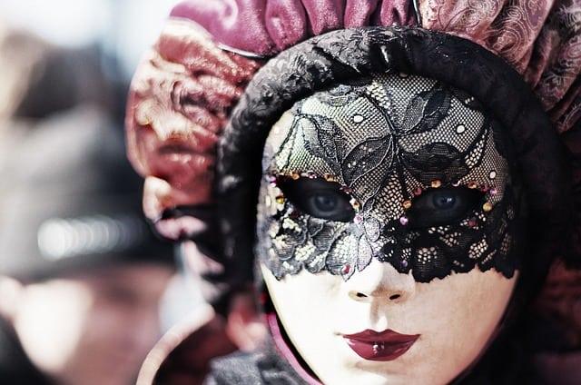 Gatanje iz taloga kafe – simbol maske